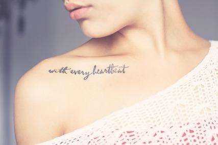 tatuaje en el hueso del cuello